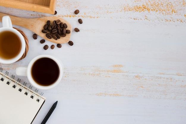 Draufsichtkaffeetasse mit notizbuch Kostenlose Fotos
