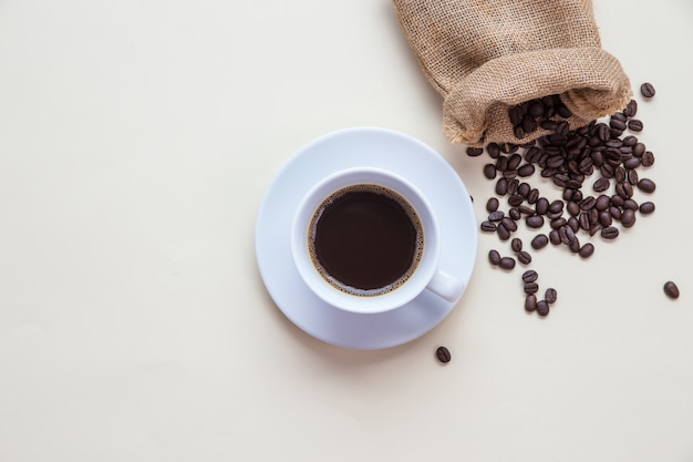 Draufsichtkaffeetasse und kaffeebohne Kostenlose Fotos