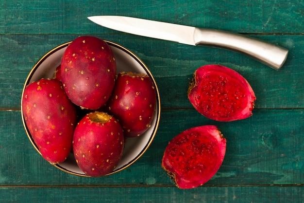 Draufsichtkaktusfrucht mit einem messer Kostenlose Fotos