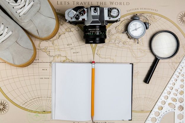 Draufsichtkarte mit reisenden werkzeugen an Kostenlose Fotos