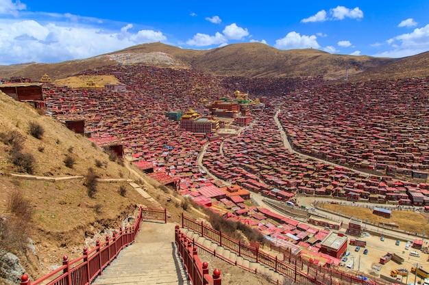 Draufsichtkloster bei larung gar (buddhistische akademie) im sonnenscheintagblauen himmel, sichuan, china Premium Fotos