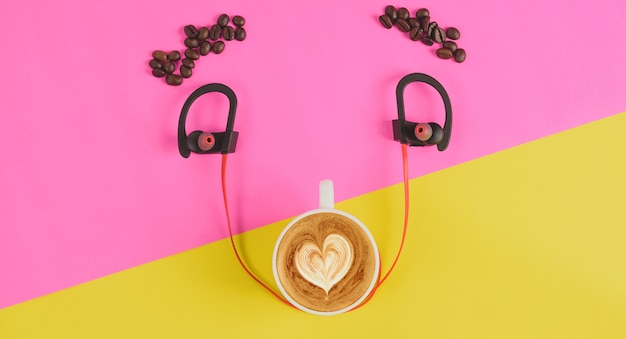 Draufsichtkonzept-kaffeelächeln auf gelbem rosa hintergrund Premium Fotos