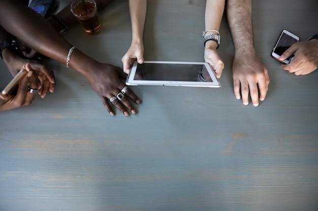 Draufsichtleute, die tablette verwenden Kostenlose Fotos