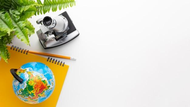 Draufsichtmikroskop und schulgegenstände Kostenlose Fotos