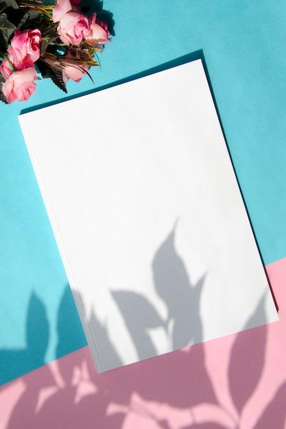Draufsichtmodellzeitschrift mit buntem hintergrund Kostenlose Fotos