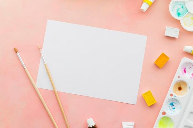 Draufsichtnotizbuch mit pinseln und aquarell Kostenlose Fotos