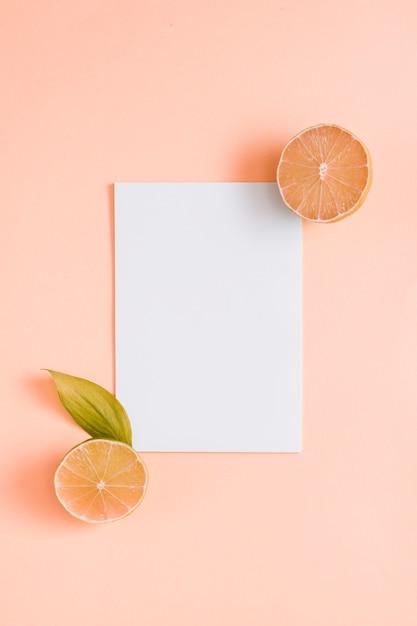 Draufsichtorangen mit papier Kostenlose Fotos
