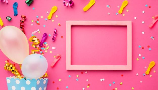 Draufsichtparteidekoration mit rosa rahmen Kostenlose Fotos