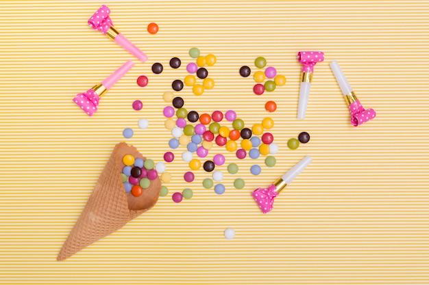 Draufsichtpartyhörner nahe bei süßigkeiten Kostenlose Fotos