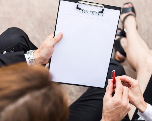 Draufsichtperson, die mit kopienraum unterzeichnet Kostenlose Fotos
