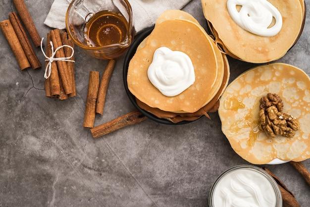 Draufsichtpfannkuchen mit ahornsirup auf dem tisch Kostenlose Fotos
