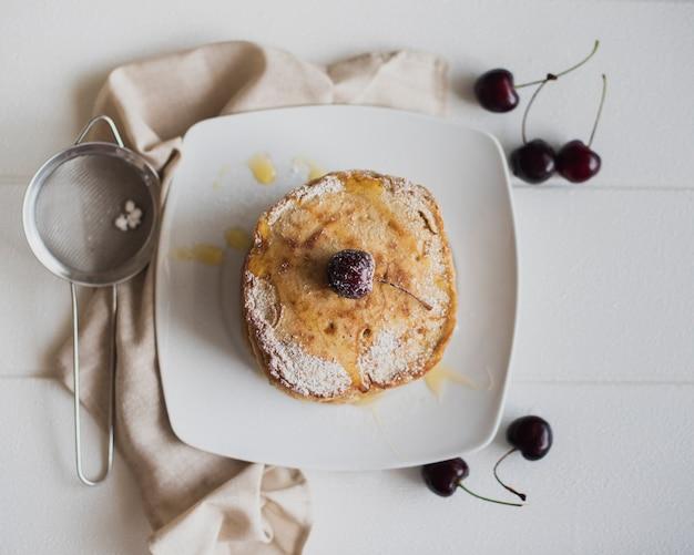Draufsichtpfannkuchen mit kirschen Kostenlose Fotos