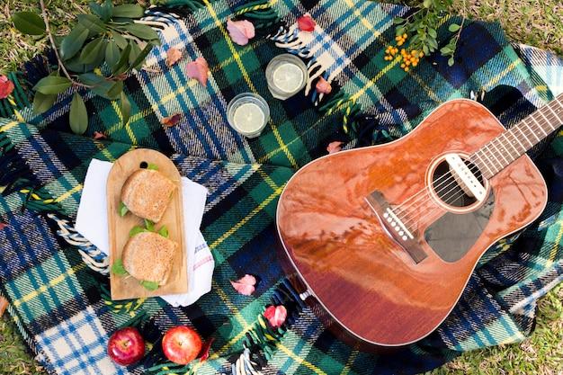 Draufsichtpicknick mit akustikgitarre Kostenlose Fotos