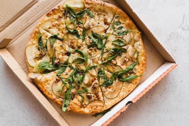 Draufsichtpizza in einer box Kostenlose Fotos