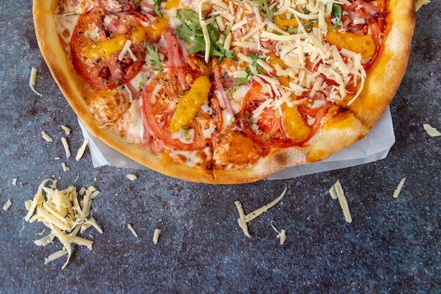 Draufsichtpizza mit grungy hintergrund Kostenlose Fotos
