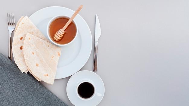 Draufsichtplatte mit honig und tortilla Kostenlose Fotos