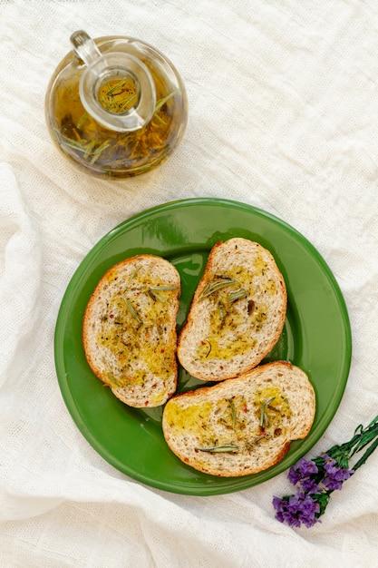 Draufsichtplatte mit scheibenbrot und olivenöl Kostenlose Fotos