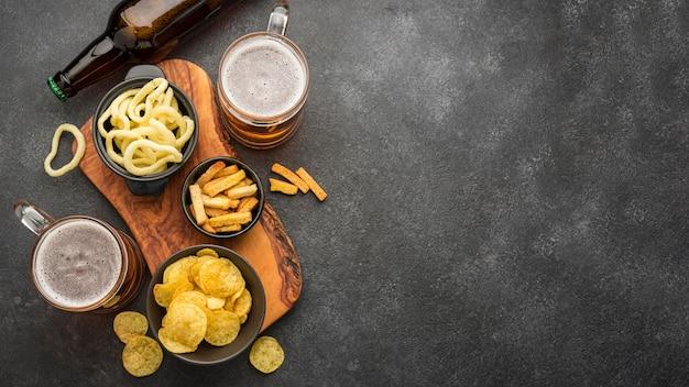 Draufsichtrahmen mit bier und snacks Premium Fotos