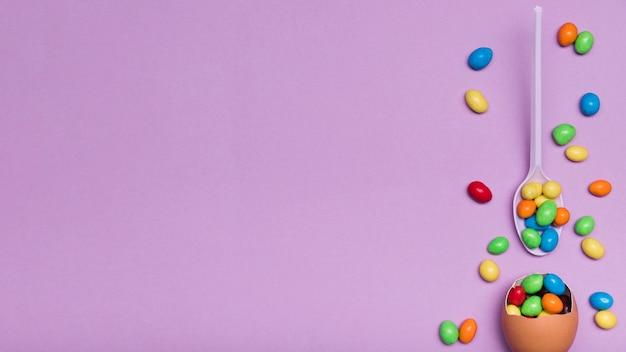Draufsichtrahmen mit eierschale und süßigkeit Kostenlose Fotos