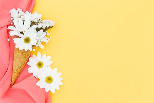 Draufsichtrahmen mit gänseblümchen und schal Kostenlose Fotos