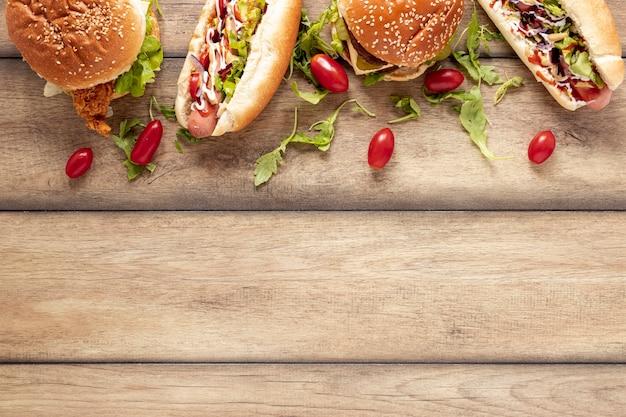 Draufsichtrahmen mit hotdogs und burgern Kostenlose Fotos