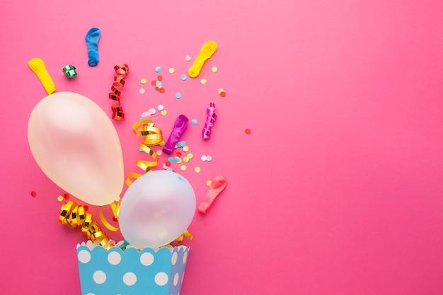 Draufsichtrahmen mit konfettis und rosa hintergrund Premium Fotos