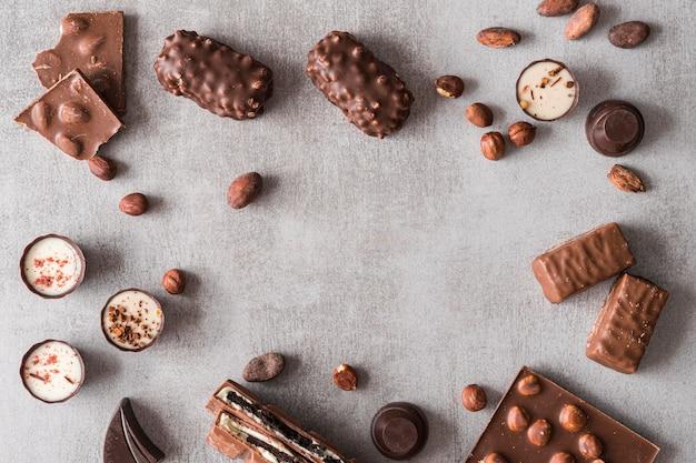 Draufsichtrahmen von schokoladenbonbons Kostenlose Fotos