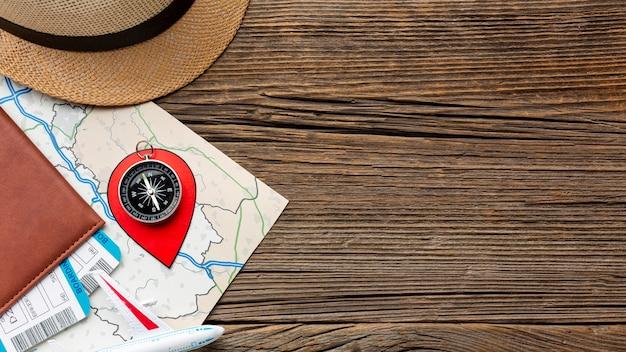 Draufsichtreiseausrüstung auf einem holztisch Kostenlose Fotos