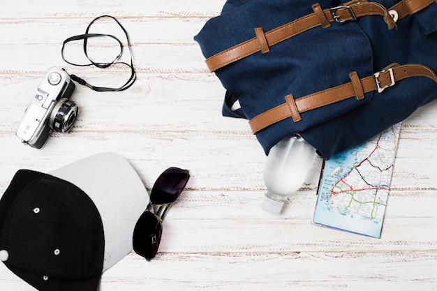 Draufsichtreisezubehör auf hölzernem hintergrund Kostenlose Fotos