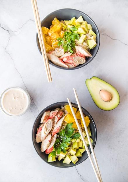 Draufsichtreisschüsseln mit avocado Kostenlose Fotos