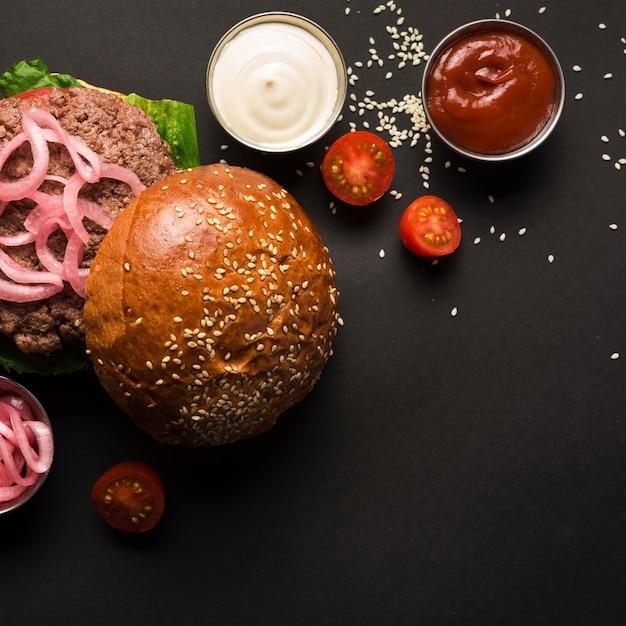 Draufsichtrindfleischburger mit geschmackvollen soßen Kostenlose Fotos