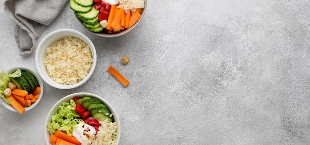 Draufsichtsalat mit couscous und gemüse mit kopierraum Kostenlose Fotos