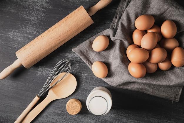 Draufsichtsammlung kochende werkzeuge nahe bei eiern Kostenlose Fotos