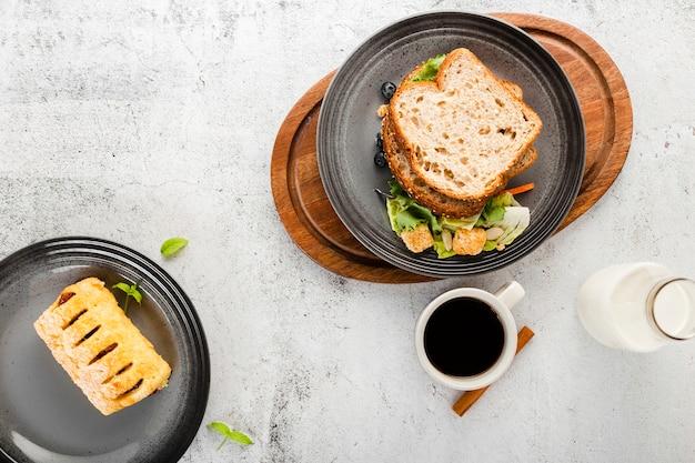 Draufsichtsatz des sandwiches nahe bei kaffeetasse Kostenlose Fotos