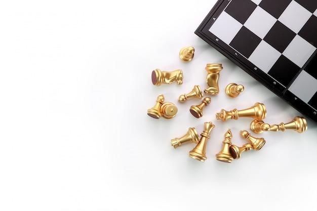 Draufsichtschach-brettspiel auf weißer tabelle Premium Fotos