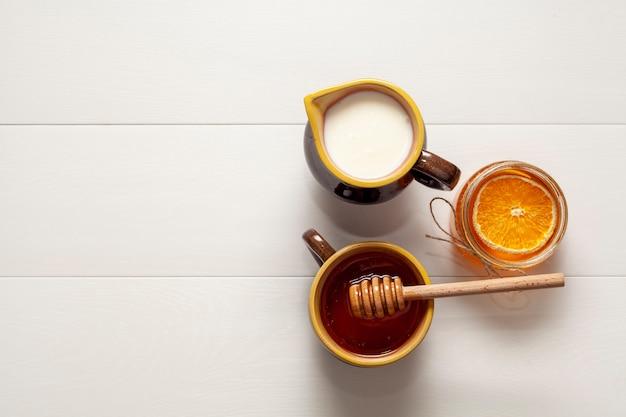 Draufsichtschalen mit milch und geschmackvollem honig Kostenlose Fotos