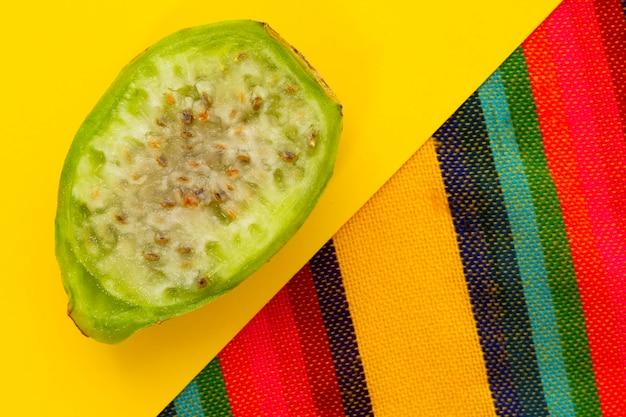 Draufsichtscheibe der kaktusfrucht auf gelbem hintergrund Kostenlose Fotos
