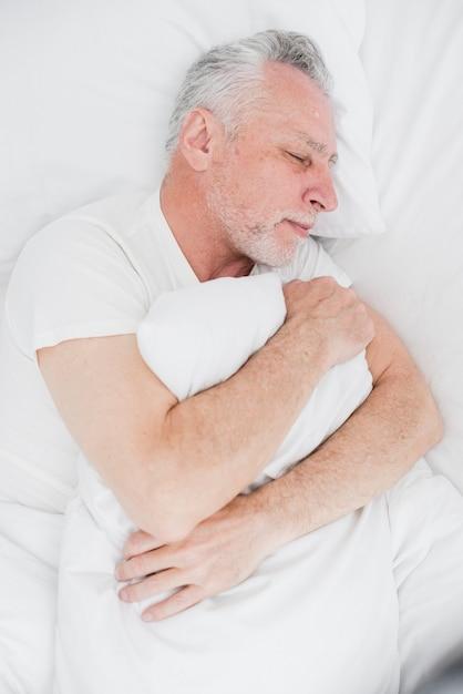 Draufsichtschlafen des älteren mannes Kostenlose Fotos