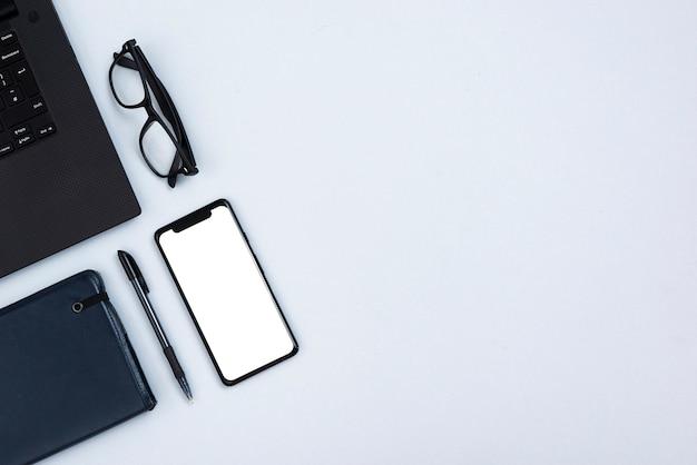 Draufsichtschreibtischkonzept mit modell smartphone Kostenlose Fotos