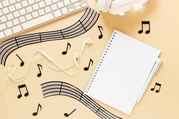 Draufsichtschreibtischkonzept mit musikalischem thema Kostenlose Fotos