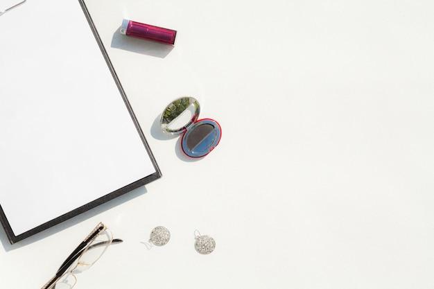 Draufsichtschreibtischkonzept mit weißem hintergrund Kostenlose Fotos
