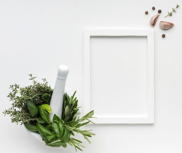 Draufsichtschüssel mit dem kochen von kräutern Kostenlose Fotos