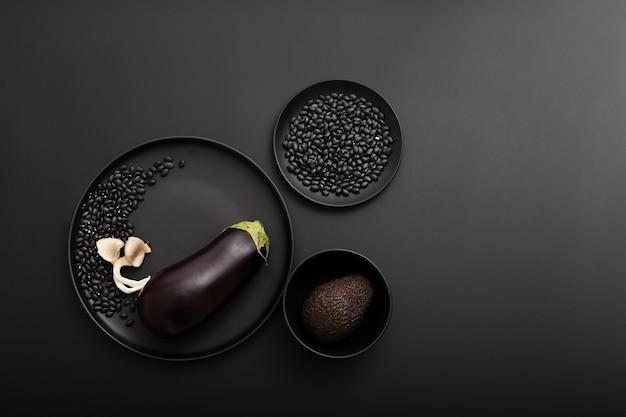 Draufsichtschüsseln köstliche gesunde aubergine und avocado Kostenlose Fotos