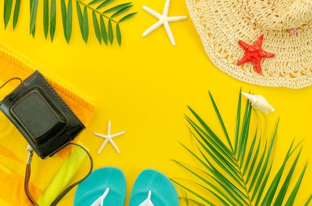Draufsichtsommer-strandzubehör. frame flach legen hintergrund Premium Fotos