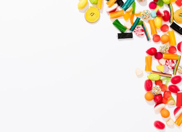 Draufsichtsortiment der bunten bonbons auf weißem hintergrund mit kopienraum Premium Fotos