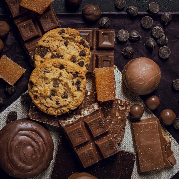 Draufsichtsortiment der köstlichen schokolade Kostenlose Fotos