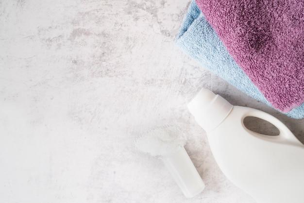 Draufsichtstapel von tüchern mit wäscheweichspüler Kostenlose Fotos