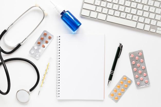 Draufsichtstethoskop mit tabletten und tastatur Kostenlose Fotos
