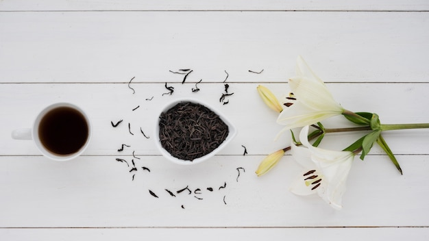 Draufsichttasse kaffee mit blumen Kostenlose Fotos