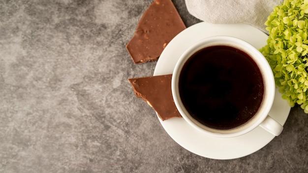 Draufsichttasse kaffee mit schokolade Kostenlose Fotos